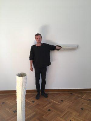 Piotr Łakomy, 2017, Installation für Połprawda Halftruth, Krolikarnia Warschau