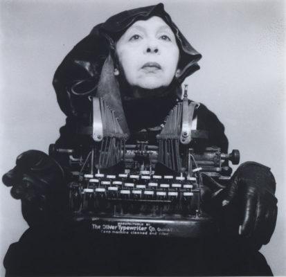Geta Brătescu, Doamna Oliver în costum de călătorie (Lady Oliver in Traveling Costume), 1980, Foto: Mihai Brătescu, Courtesy Ivan Gallery