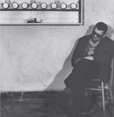 Stanisław Dróżdż neben 'Untitled (clocks)',1978, Foto Michał Bieganowski, Wojciech Sztukowski, Courtesy Anna Dróżdż